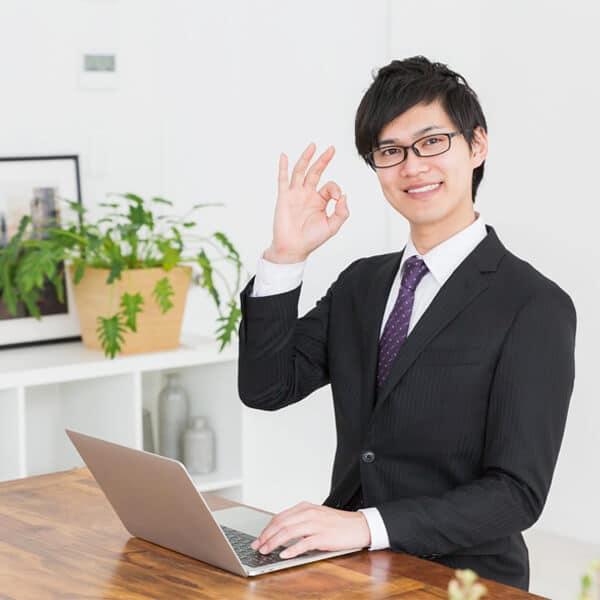 事務所内の営業マン